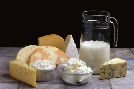 Ne kadar kalsiyuma ihtiyacınız var? Kalsiyum, düzenli ağırlık egzersizleriyle birlikte kemik erimesinin sizden uzak durmasını sağlar. Az yağlı süt ve süt ürünleri, koyu yeşil sebzeler, kalsiyum yönünden güçlendirilmiş soya ürünleri, tofu, güçlendirilmiş tahıllar en iyi kalsiyum kaynaklarıdır. Peki günde kaç miligram kalsiyuma ihtiyaç duyduğunuzu biliyor musunuz? Kadınların yaşa göre alması gereken günlük kalsiyum miktarı şöyle:  4-8 yaş: 800 mg.  9-13 yaş: 1.300 mg.  14-18 yaş: 1.300 mg.  19-50 yaş: 1.000 mg.  51-70+ yaş: 1.200 mg.