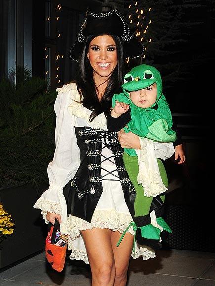 Seksi korsan Kourtney Kardashian ve minik kurbağası.