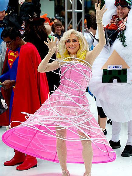 Meredith Vieira Lady Gaga kılığına girmiş.