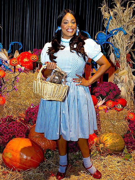 Niecy Nash Dorothy kılığında.