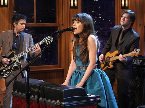 Zoe Deschanel çok iyi şarkı söylüyor ve piyanı çalıyor.
