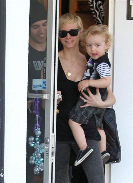 Ashlee Simpson ve Pete Wentz oğullarıyla alışveriş - 3