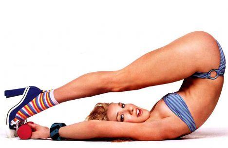 Sarah Jessica Parker'ın kollarına nasıl sahip olabilirsiniz?   Egzersiz hareketi: Ayakta durun ve iki yanınızda tuttuğunuz ellerinize 2 ya da 3'er kiloluk birer dambıl alın. Dambılları avuçlarınız bacaklarınızı gösterecek şekilde tutun. Daha sonra dirseklerinizi vücudunuzun yan tarafından ayırmadan (yapıştırılmış gibi sabit tutun) dambılları omuzlarınıza doğru çekmeye başlayın. Dambılları omuzlarınızın önüne, aynı seviyeye gelene kadar kaldırın. Duruşunuzu bozmadan dambılları bu sefer başınızın üzerine doğru kaldırın. Yukarıdan bir şey almak istiyormuş gibi uzatın kollarınızı. Bu pozisyondan, tekrar dambılları aşağıya, omuzlarınıza doğru indirerek bir önceki pozisyona gelin. Sonra dambılları tekrar başlangıç pozisyonuna indirin. Bir sonraki hareketimiz kollarımızı geriye doğru açabildiğimiz kadar açarak, kollarımızı zorlamak olacak. Kollarınızın iç tarafında yanmaları hissettikten sonra 3'e kadar sayın ve tekrar başlangıç pozisyonuna dönün. Bu bir turdu, aynı hareketi 15 – 20 kez tekrarlayın.