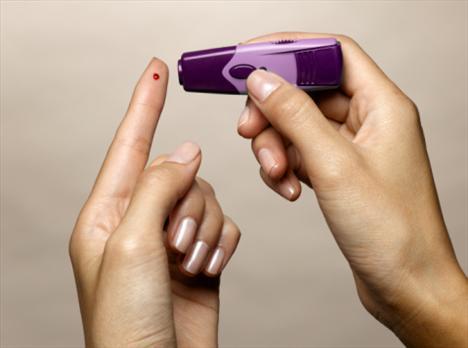 Bir kişi diyabet olup olmadığını nasıl fark eder?  Diyabetin şöyle bir özelliği var: Yaklaşık 15 sene gizli ve bir bulgu vermeden gider. Bunu takiben diyabet ortaya çıktıktan sonraki 10 yıllık süreçte de hiçbir bulgu vermez. Ayrıca güzel de bir ismi var. İnsanlarımız diyabet için 'şeker hastalığı' diyorlar. Bir şeyin başına 'şeker' eklerseniz onun etkisi yumuşar, ciddiyeti azalır, ayrıca bulgu vermediği için genellikle ihmal edilir, önemsenmez. Ama 10 yıllık sessiz süreçten sonra diyabetin komplikasyonları yavaş yavaş ortaya çıkıyor. Organ hasarı semptom verdiğinde, genellikle önleme programları ya da kontrol altına alma olanağı olmuyor. Bu nedenle diyabetle mücadele planlanması için gereken ilk unsur, asemptomatik, yani hiçbir belirtinin olmadığı süreçte tespit edilmesi. Bunun için iki yol var: Toplumda diyabet konusunda duyarlılığın arttırılması, riskli grubun bu konuyla ilişkili olarak uyarılması ilk yol. Diğeri ise, diyabetin erken tanısının mümkün olduğu kadar çabuk yapılması.