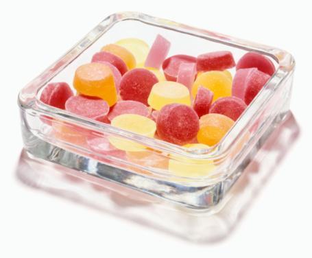Diyabetlilerin beslenme programı nasıl olmalı?  Diyabetli, öğün aralığı insülin salınımındaki bozukluk nedeniyle 2-3 saate inmiş insan demektir. Bunun için diyabetlilerin mutlaka üç ana, üç de ara öğün yemesi gerekiyor. Her yemekte ve ara öğünde mutlaka karbonhidrat almalı. Bu almış olduğu karbonhidratlar, glisemik endeksi düşük ve yavaş emilebilen karbonhidratlar olmalı. Beyaz yerine kahverengi (kepek, çavdar, yulaf gibi) ekmek olmalı. Konsantre tatlılar da yenmemesi gerekenler arasında. Ayrıca yağları da mümkün olduğu kadar fizyolojik düzeye indirmeliler, insanların şişmanlamasında yağ kaçakları çok önemli. Sulu, etli ya da zeytinyağlı sebzelerin suyu ile kıyma. et. köfte, döner, hamburger ve kebaplar ya da kuruyemişler, vücudun ihtiyacının üstünde yağ almasına neden oluyor. Bunların kısıtlanması lazım. Son olarak yemeklerin küçük tabaklardaki büyük porsiyonlar yerine, büyük tabaklardaki küçük porsiyonlar şeklinde, bir arada yenilmesi gerekiyor.