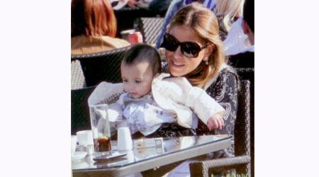 Fenerbahçe eski başkanı Metin Aşık'ın gelini Esra Aşık, kızı Alya ile birlikte Masa Restorantta.