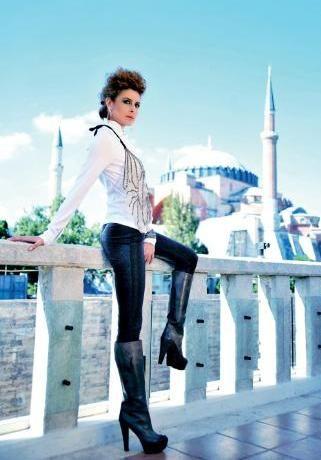 """Hanımın çiftliği dizisinde Halide karekterini canlandıran Ebru Özkan,  güçlü oyunculuğuyla dikkat çekiyor.  Özkan , Kıskançlık ,  kıyaslama gibi  kavramları  hayatımdan çıkardım. Elbette başarma hırsım var. Hırsın iyi bir şey olduğunu düşünürüm aklımın önüne geçmediği sürece diyor.""""  Adana'da nasıl gidiyor her şey?  Halide sezona mutsuz ve hüzünlü başladı, şimdilerde bir bebek bekliyor,  yeni başlangıçlar yeni umutlara gebedir. Herşey çok güzel."""