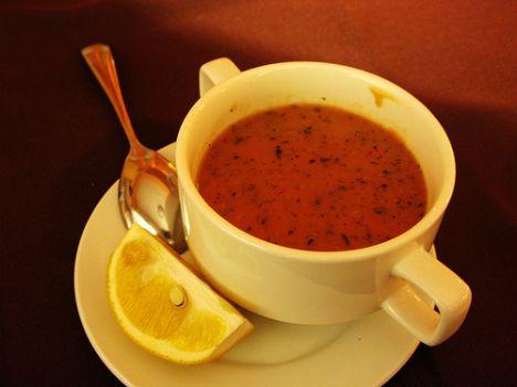 Ezogelin çorbası  Malzemeler:  1,5 çay bardağı kırmızı mercimek,  yarım çay bardağı pirinç,  1 kahve fincanı bulgur,  1 çorba kaşığı un,  50 gr sıvıyağ,  2 çorba kaşığı domates salçası,  8 su bardağı et suyu,  pul biber,  nane,  tuz.   Hazırlanışı:  Sıvıyağın bir kısmını bir tencereye alıp kısık ateşte kaynatın. Unu ilave edip tahta kaşıkla karıştırarak kavurun. Salçayı 2 kaşık suyla sulandırıp una ilave edin. Et suyunu azar azar yedirerek ekleyin; kaynayıncaya kadar pişirin. Mercimek, pirinç ve bulguru ayıklayıp yıkayın, kaynamakta olan et suyuna ilave edin. Tuz serpip mercimek, pirinç ve bulgur yumuşayıncaya kadar pişirin. Kalan sıvıyağı bir tavada eritin. Pul biber ve naneyi ilave edip kavurun. Çorbanın üzerine gezdirip, sıcak olarak servis yapın.