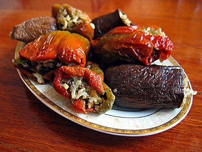 Etli dolma  Malzemeler:  1 dizi dolmalık kuru patlıcan, 10-12 dolmalık kuru biber (Antep biberi), 2-3 iri soğan, 1 baş sarımsak, 2 su bardağı pirinç, 400 gr satır kıyması (koyun kaburga kısmından, iri çekilmiş, yağlı), 2 çorba kaşığı biber salçası, 1 tatlı kaşığı domates salçası, 1 tatlı kaşığı karabiber, tuz.  Hazırlanışı:  Geniş bir tencerede bol su kaynatın. İçine biraz da tuz atın. Su fokur fokur kaynayınca patlıcanları atın. 8-10 dakika, hafif yumuşayana kadar haşlayın. Kevgirle sudan alın. Ateşi kapatın. Kuru biberleri de suya koyun, yumuşayana kadar bekletip çıkarın.  Soğanla sarımsağı incecik kıyın. Pirinci yıkayıp süzün; kıyma, salça, tuz, karabiber ve 1 çay bardağı suyla karıştırarak harcını hazırlayın. Bu harcı gevşek kalacak şekilde sebzelere doldurun. Tencereye birbirinin ağzını kapatacak şekilde yerleştirin. Dolmaların açılmaması için geniş bir tabağı ters çevirerek dolmaların üzerine kapatın (veya dolma taşı yerleştirin). Üstüne çıkacak kadar su ilave edin. Kapağı kapalı olarak kısık ateşte 20 dakika kadar pişirin. Üstünden tabağı (veya dolma taşını) alın. Yumuşayana kadar pişirmeye devam edin. Suyunu süzerek servis yapın.   NOT:   Patlıcanları haşlarken suyuna birkaç yaprak reyhan ilave ederseniz, nefis bir koku ve lezzet elde edersiniz. Yukarıdaki harcı kullanarak bu dolmayı mevsimine göre taze sebzelerle de yapabilirsiniz.