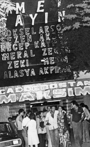 CADDEBOSTAN MAKSİM GAZİNOSU  Caddebostan Maksim Gazinosu'nun ışıklı neonu. Kadroda kimler yok ki! Assolist Emel Sayın. Alt kadrosunda ise Göksel Arsoy, Sezen Aksu, Recep Kaymak, Meral Zeren, Zeki Alasya ve Metin Akpınar var. Hey gidi günler, hey gidi gazinolar (1981)