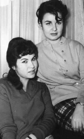 EMEL YILDIZ- FATMA GİRİK  'Panter Emel' lakaplı Emel Yıldız, birçok ünlü oyuncuyu Türk sinemasına kazandırdı. Bunlardan birisi de Fatma Girik'ti. (1988)