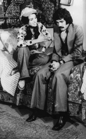 PERİHAN SAVAŞ- MESUT ENGİN  Birlikte birçok film çeken Perihan Savaş ile Mesut Engin, 1973 yılında kamera karşısına geçtikleri 'Yedi Evlat İki Damat' filminde (1973)