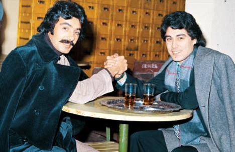 FERDİ TAYFUR- VAHDET VURAL  Arabesk müziğinin iki ünlü ismi Ferdi Tayfur ve Vahdet Vural, gazino kulisinde bilek güreşi yapıyorlar (1978).
