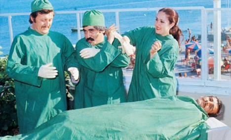 ALİ ATİK- LEVENT KIRCA- AYŞEGÜL ATİK  TRT'ye parodiler çeken Levent Kırca ve Ali-Ayşegül Atik çifti, bu defa bir ameliyat skecinin hazırlıklarını yapıyorlar (1979).