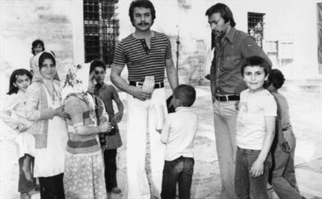 ORHAN GENCEBAY  O yılların en ünlü sanatçılarından olan Orhan Gencebay'ı bir film çekimi sırasında yakalayan çocuklar, hemen etrafını sarıp onu daha yakından görme fırsatı buldular (1975).
