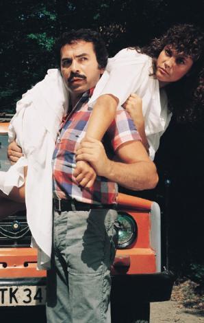 HÜLYA AVŞAR- ORHAN GENCEBAY  Filmin adı 'Şoför'... Dönemin arabesk kralı Orhan Gencebay'ın bol şarkılı filmlerinden en çok ilgi görenlerinden. Başrolün kadın kahramanı Hülya Avşar, Orhan Baba'nın omuzlarında (1986).