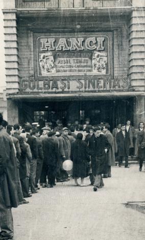 GÖLBAŞI SİNEMASI  Bu ne ekmek kuyruğu, ne benzin kuyruğu... Bu bir sinema kuyruğu... 60'lı yılların başı. Turgut Özatay ve Aysel Tanju'nun oynadığı 'Hancı' filmi, Ankara Gölbaşı Sineması'nda kapalı gişe gösteriliyor. Biletler karaborsada.