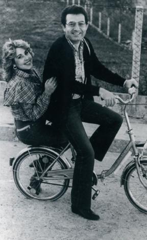 NİLÜFER- KAYAHAN  Bir dönem içtikleri su bile ayrı gitmezdi aynı bisiklette gördüğünüz Nilüfer'le Kayahan'ın. Nilüfer 1984'te Kayahan'ın 'Kar Taneleri'ni seslendirdi. Sonra daha birçok eserini. Ama araya dargınlık girince Kayahan ona şarkılarını yasakladı.