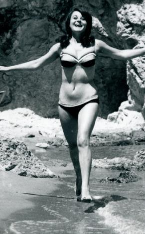 FATMA GİRİK  Bir dönem sadece rol kabiliyeti, yeteneği, sinemadaki Erkek Fato'luğu değil, aslında bikinili görüntüleri de vardı Fatma Girik'in. Yine böyle bir günde Fato özgürce deniz kıyısında bikinisiyle koşuyor. Ancak İstanbul'un denizi o zamanlar şimdikinden çok daha temiz.