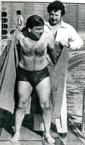 ZEKİ ALASYA - METİN AKPINAR  Zeki Alasya, Metin Akpınar yıllar yılı tiyatro sahnelerinde de, film setlerinde de ayrılmadı hiç. Bu fotoğraf da bir tatilde çekildi. Akpınar, havuzdan çıkan Alasya'ya bornozunu tutuyor.