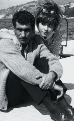 YILMAZ GÜNEY- NEBAHAT ÇEHRE  'Kamalı Zeybek' filminde Nebahat Çehre'ye evlilik teklifinde bulunan Yılmaz Güney, kısa süre içinde muradına erdi ve onunla nikah masasına oturdu (1966). Ancak bu mutluluk birbuçuk yıl sürdü.