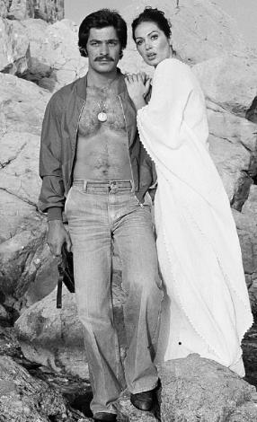 KADİR İNANIR- TÜRKAN ŞORAY  1980'li yıllarda sinemanın ideal ikilisiydi onlar. 'Bodrum Hakimi', 'Devlerin Aşkı', 'Selvi Boylum Al Yazmalım', 'Kara Gözlüm' gibi filmlerde yaşadıkları aşklar, sinema izleyenleri tarafından gerçek sanıldı, birbirlerine çok yakıştırıldılar.