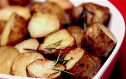 Fırınlanmış kabuklu patates  Malzemeler:  1 kg taze bebek (küçük) patates, taze biberiye,  tuz, karabiber, kırmızı toz biber.  Hazırlanışı:  Patatesleri yıkayıp ikiye bölün. Tuz, karabiber, taze biberiye ve kırmızı toz biberi patateslerle harmanlayın. Üzerine zeytinyağı döküp, fırında gevrek bir hal alana kadar pişirin.