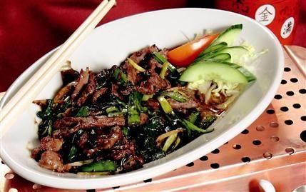Zencefilli ve taze soğanlı dana eti  Malzemeler:  150 gram dana biftek, 1 adet soğan, 3 çorba kaşığı soya sosu, 10 gram taze zencefil, tuz.  Hazırlanışı:  Bifteği jülyen doğrayın. Zencefil ve soğanı yemeklik doğrayın. Yapışmaz yüzeyli bir tavada et, zencefil ve soğanı soteleyin. Etin rengi değiştikten sonra soya sosu ekleyip birlikte pişirin. Sıcak olarak servis yapın.