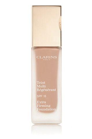 Clarins, Teint multi-régénérant SPF 15 Kapatıcı özelliğe sahip olup, natürel bir sonuç verir. İçeriğinde kullanılan özler cildi sakinleştirir, kırışıklıkların görünümünü aza indirir.