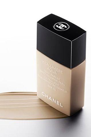 Chanel, Vitalumière Aqua  İnce dokusuyla ışıltılı ve sağlıklı bir görünüm verir.  Klasik fondöten ve renkli nemlendirici arası bir mükemmellik sağlar.