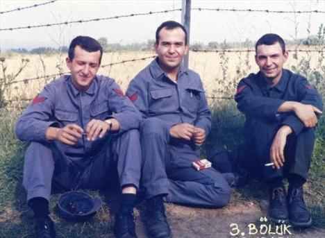 Bu fotoğraf yıllar önce Kütahya Hava Er Eğitim Tugayı'nda çekildi.. Bu üç kişiden biri de sonradan çok ünlü oldu. En sağdaki bu ünlüyü tanıdınız mı..