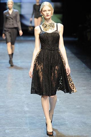 Dolce&Gabbana  Altın rengi kolye ile kombinlenmiş askılı elbise