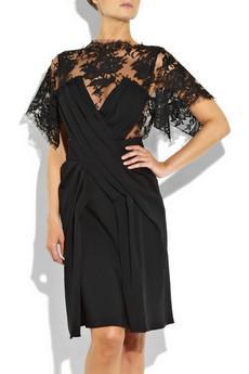 Vionnet  Göğüs ve kol kısmı dantel detaylı şık bir elbise