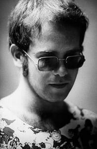 Elton John  Efsanevi ingiliz pop star da intihar girişiminde bulunan ünlülerden. Yakın arkadaşı Bernie Taupin ünlü sanatçıyı evinde kafasını gaz sobasının içine sokmuş halde buldu.