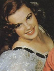 Judy Garland  Oz Büyücüsü ile sinemaya çocuk yıldız olarak başlayan ve 'Somewhere over the rainbow' şarkısıyla tüm dinleyenleri ağlatan ünlü Hollywood yıldızı, Mickey Rooney ile iyi bir ikili olmuştu.