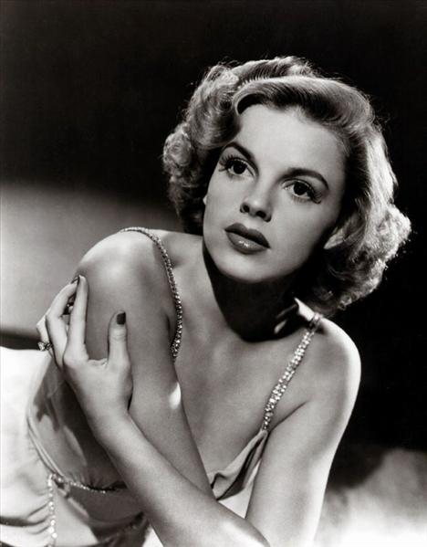 Garland birkaç kez intihara teşebbüs etmiştir. 1969'da aşırı dozda ilaçtan ölmüştür. Aktris Liza Minelli'nin annesidir.