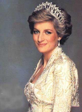 Diana intihar girişimlerinin birinde uçağın merdivenlerinden atlamaya çalışmış. Bir diğerinde göğsünü ve bacaklarını bıçakladığını anlatan Diana, Kensington sarayındaki bir camekana hızla girerek de intihara teşebbüs etmiş.