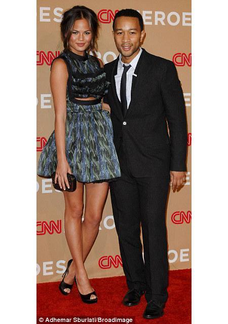 Şarkıcı John Legend model kız arkadaşı Christine Teigen