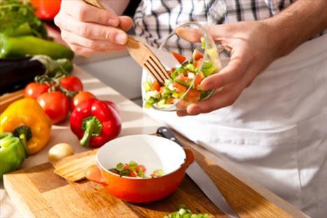 Salatanın yağına dikkat:  Bir tatlı kaşığı zeytinyağı yeterli. Bundan fazlası 50 kalori demektir. Salatanızda zeytinyağı miktarını azaltmak için içinde sirke ve baharat bulunan soslar yaratabilirsiniz, bu soslara biraz hardal ya da yoğurtta ekleyebilirsiniz.