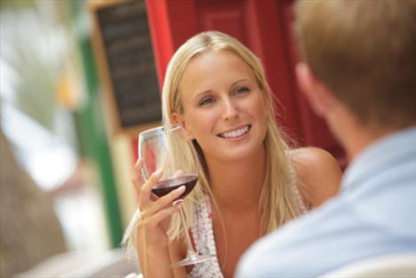 Alkol tüketimini sınırlandırın: Alkol seviyorsanız tercihiniz şarap olsun. Rakı, votka ve viski yüzde 45, 50 oranında alkol içerirken, şarapta bu oran yüzde 12- 15 arasındadır. 1 gr yağ, 9 kalori içerir. 1 gr alkol ise 7 kalori, unutmayın