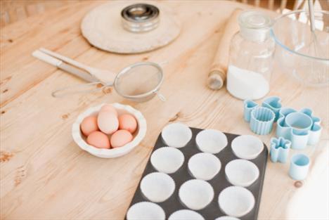 Haftada bir, iki gün yumurta yiyin: Bir yumurta sarısı ile üç yumurta beyazını karıştırın. Böylece daha az yağ ve kolesterol, daha çok protein ve kalsiyum alırsınız.