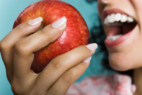 Kalori saymayın, dengeli beslenin: Her öğün, beş temel besin grubundaki yiyecekleri birlikte tüketin. Bu şekilde beslenmeyle, besin öğeleri arasında dengeyi sağlarsınız.