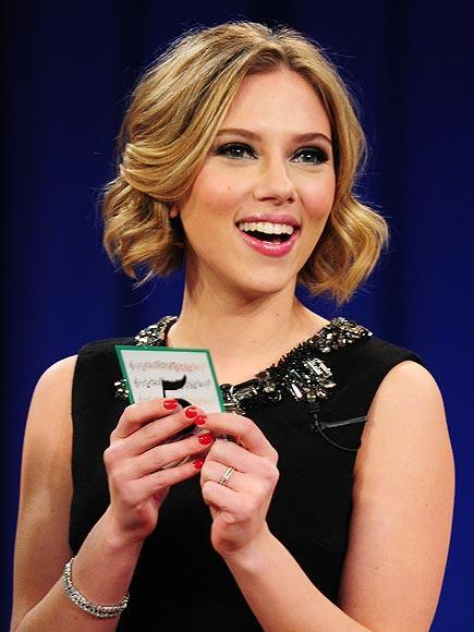 Scarlett Johansson'ın rengi  Scarlett Johansson ojede de kırmızı tonlarını tercih etmiş.