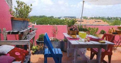 Teras  Manzaranın tadını çıkaran bu terasta, havanın ılık olduğu günlerde bir araya gelen aile sabah kahvaltılarını keyifle yapıyor.