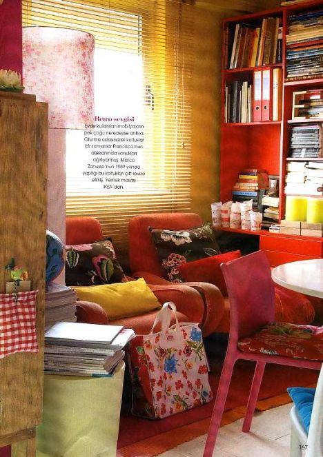 Retro sevgisi  Evde kullanılan mobilyaların pek çoğu neredeyse antika. Oturma odasındaki koltuklar bir zamanlar Francisco'nun dükkanında konukları ağırlıyormuş. Marco Zanusso'nun 1959 yılında yaptığı bu koltukları çift revize etmiş. Yemek masası İkea.