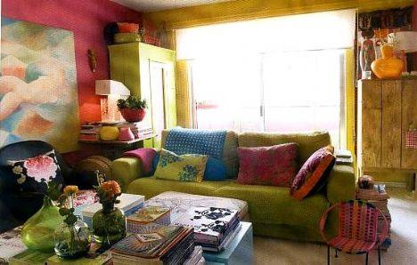Mobilya bahçesi  Bu ev tıpkı bir mobilya bahçesi gibi. Dünyanın tüm renkleri bu küçük ve şirin eve taşınmış sanki. Rengarenk duvarlar, samimi mobilyalar bu eve bambaşka bir karakter katıyor.