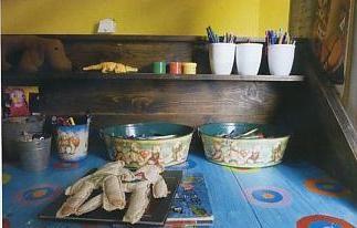 Mutfak  Graça mutfak dolaplarını renkli folyolarla kaplayarak, onları renkli mutfak aksesuarlarıyla tamamlıyor. Designers Guild'in kumaşları ise Graça'nın favorisi.