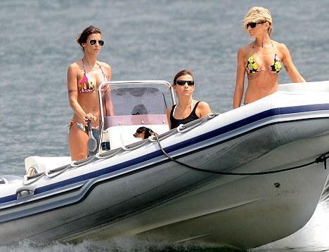 Ünlü aktör George Clooney'in güzel sevgilisi Elisabetta Canalis, kız arkadaşlarıyla denizin keyfini çıkarırken görüntülendi.   Ünlü güzel düzgün fiziğiyle tüm bakışları üzerinde topladı.