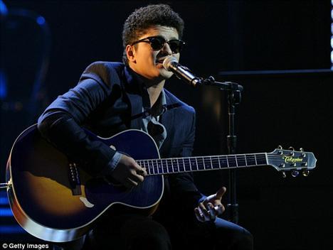 Bruno Mars adaylıkların açıklantığı törende bir şarkı söyledi.