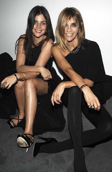 Paris Vogue'un editörü Carine Roitfeld de kariyerine bir model olarak başlamıştı.   Roitfeld'in kızı Julia Restoin da annesinin izinden gitmeye kararlı...